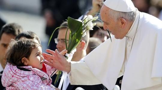 Papież na audiencji ogólnej: dzieci sprawiają nam niekiedy problemy, ale społeczeństwa bez dzieci są szare i smutne