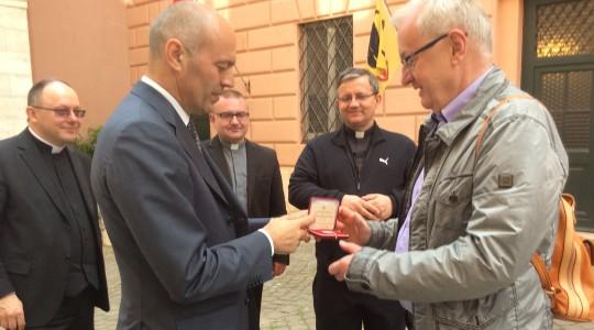 23.04.2015  Watykan. Medale od komendanta Gwardii Szwajcarskiej