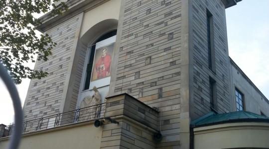 Ks. Jarosław sprzed Sanktuarium św. Stanisława Kostki w Warszawie na Żoliborzu,  sprzed grobu Bł. ks. Jerzego Popiełuszki w dniu Jego urodzin
