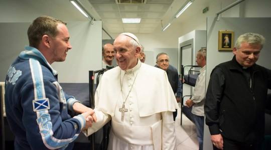 Rzym: Papież odwiedził bezdomnych w nowej noclegowni