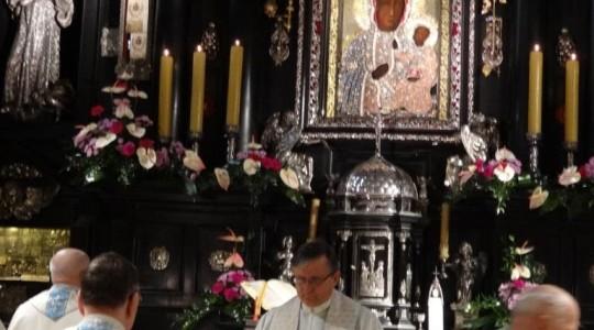 Ks. Jarosław modli się o owoce rekolekcji Domów Modlitwy św. Charbela