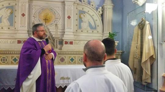 W San Carlo ks. Jarek odsłonił gablotę z ornatem św. Jana PawłaII