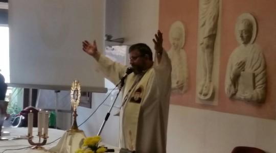 Koronka do Bożego Miłosierdzia i katecheza ks. Jarosława podczas rekolekcji na północy Włoch w miejscowości Chioggia