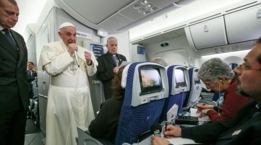 Konferencja prasowa Papieża w samolocie