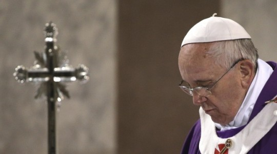 Papież na poniedziałkowej Mszy: mimo zła zawierzmy Bogu