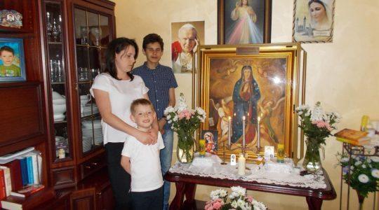 Pielgrzymowanie Matki Bożej Dobrego Początku po kolejnych rodzinach w Dębicy i w okolicach.