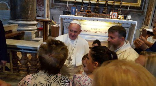 Ojciec Święty Franciszek na modlitwie wraz z księdzem Jarosławem i mlodzieżą