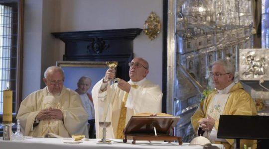 Ojciec święty na mszy świętej w kaplicy w pałacu biskupim