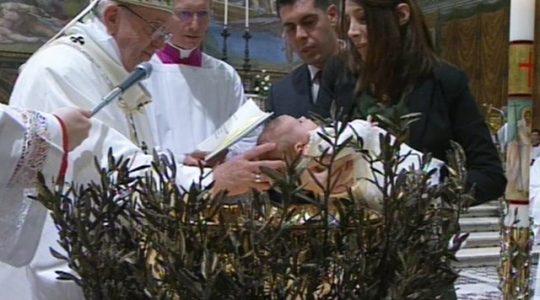 Ojciec święty udzielił chrztu świętego podczas dzisiejszej uroczystej mszy świętej (Vatican Service News - 08.01.2017)