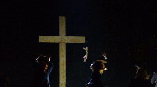 Profanacja krzyża i symboli chrześcijańskich w spektaklu w Warszawie (Vatican Service News - 21.02.2017)