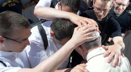 Niezwykłe spotkanie papieża z neoprezbiterami z Polski (Vatican Service News - 09.06.2017)