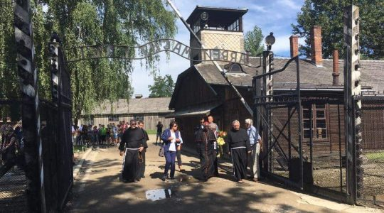 Kardynał Sarah modlił się w Auschwitz Birkenau (25.07.2017 Vatican Service News)