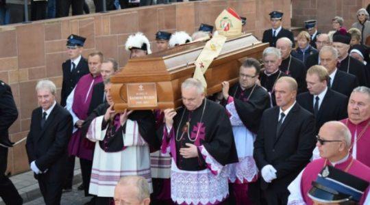 Ostatnia ziemska droga księdza biskupa Kazimierza Ryczana(Vatican Service News - 18.09.2017)