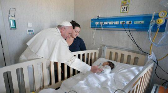 Ojciec Święty zrobił niespodziankę chorym dzieciom  (05.01.2018 Vatican Service News)