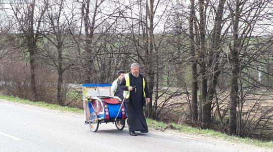 Dziś ks. Jarek rozpoczyna pieszą pielgrzymkę do Wadowic. A jak było przed rokiem?   (19.05.2019)