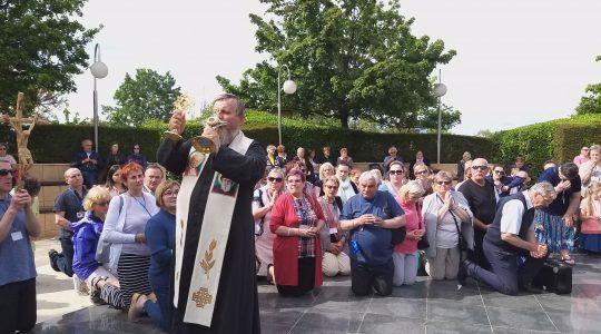Błogosławieństwo relikwiami przy figurze Chrystusa-Medjugorie  (28.04.2019)
