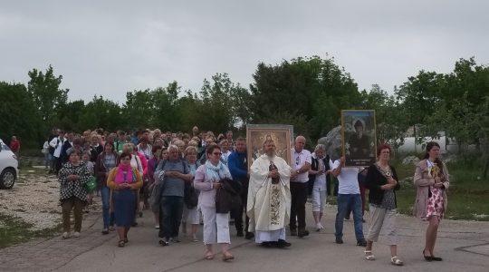 Od 4 rano pielgrzymi idą na Górę Objawień (3.05.2019)