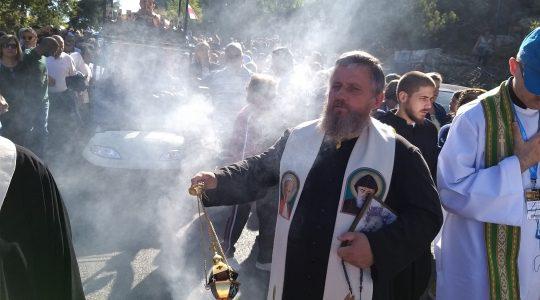 Pielgrzymi przeszli w procesji z pustelni do klasztoru w Annaya (23.09.2019)