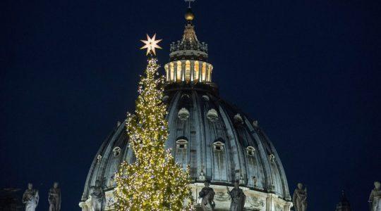 Wieczorna inauguracja iluminacji na choince przy  placu świętego Piotra(Vatican Service News - 05.12.2019)