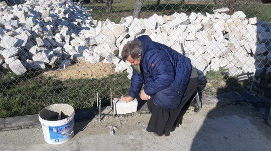 Aiuta padre Jarek a costruire la cappella per la Madonna (13.04.2020)