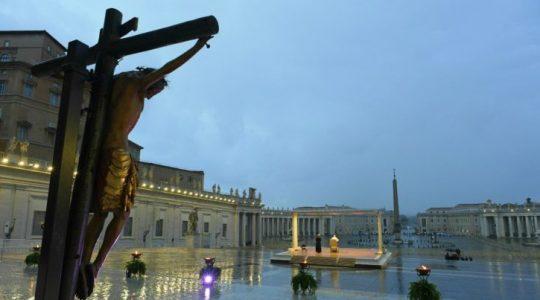 Deszcz uszkodził krzyż, przed którym modlił się papież  (31.03.2020)