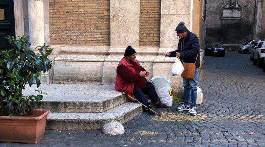 Plac świętego Piotra straszy pustkami, tylko bezdomni i gołebie(Charbel TV News - 14.03.2020)
