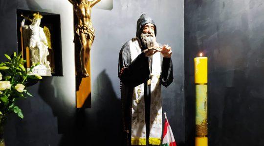 Preghiera per i defunti nel eremo di San Charbel