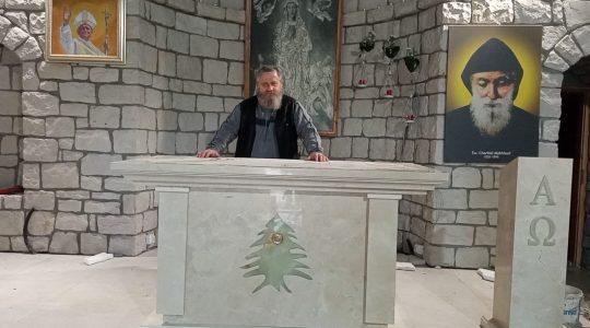 Marmurowy ołtarz stanął w Sanktuarium Matki Bożej Wniebowziętej i Świętego Charbela w polskiej Florencji 21.04.2021