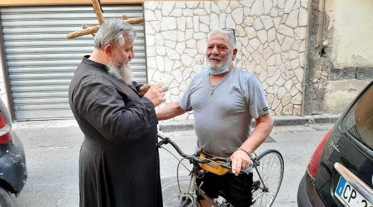Padre Jarek continua la missione del venerdì con la croce di Gesù Cristo-Arzano 9.07.2021