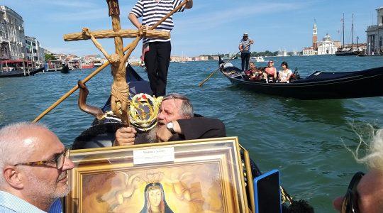 Matka Boża, jak prawdziwa Królowa, płynęła gondolą przez Wenecję 4.08.2021