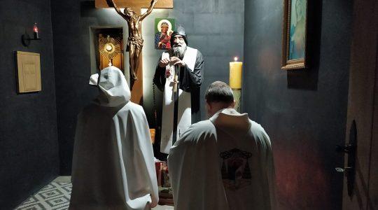 W pustelni św. Charbela trwa 24-godzinna adoracja Pana Jezusa 14.09.2021